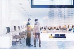 Ufficio bianco e di legno dello spazio aperto, due pavimenti tonificati Fotografie Stock Libere da Diritti