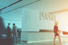 Ufficio bianco, vista laterale della reception, la gente Immagini Stock Libere da Diritti