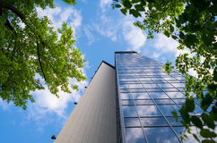Ufficio blu moderno con le riflessioni del cielo in finestre Immagini Stock Libere da Diritti