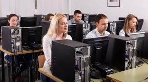 Ufficio con i colleghi soddisfatti Immagine Stock