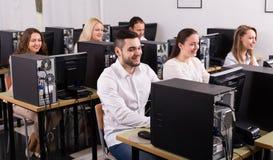 Ufficio con i colleghi soddisfatti Fotografia Stock