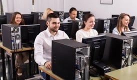 Ufficio con i colleghi soddisfatti Immagine Stock Libera da Diritti