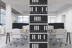 Ufficio con i raccoglitori ed i computer Fotografie Stock Libere da Diritti