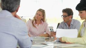 Ufficio creativo di Team Meeting Around Table In archivi video
