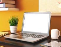 ufficio 3D con lo schermo in bianco del computer portatile Modello Fotografie Stock Libere da Diritti