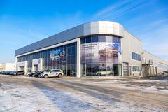 Ufficio del commerciante ufficiale Volkswagen nel giorno di inverno soleggiato Fotografie Stock Libere da Diritti
