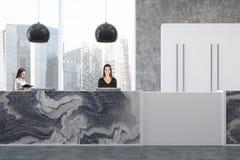 Ufficio del marmo e del calcestruzzo, ricezione, donne Fotografie Stock Libere da Diritti