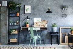 Ufficio del sottotetto con la decorazione d'annata Fotografia Stock