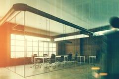 Ufficio dello spazio aperto di vetro e del mattone, uomo Immagine Stock Libera da Diritti