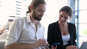 Ufficio di affari Uomo con il telefono e la donna che lavorano al computer video d archivio