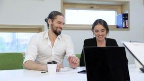 Ufficio di affari Uomo e donna che lavorano con le carte e la conversazione stock footage