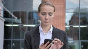 Ufficio di camminata di Busy Using Smartphone Ouside della donna di affari video d archivio