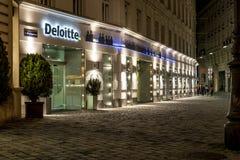 Ufficio di Deloitte a Vienna, Austria - capo nella verifica di affari globali, consultantesi Fotografie Stock Libere da Diritti