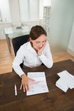 Ufficio di With Document In della donna di affari immagine stock libera da diritti