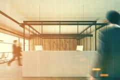 Ufficio di legno con una ricezione bianca, la gente Immagini Stock Libere da Diritti