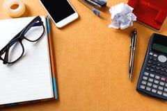 Ufficio di legno o tavola domestica dello scrittorio con molte cose su  Principale v Fotografia Stock