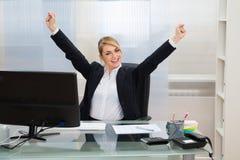 Ufficio di Raising Hands In della donna di affari immagini stock libere da diritti