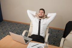 Ufficio di rilassamento del giovane uomo d'affari Immagini Stock