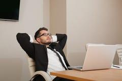 Ufficio di rilassamento del giovane uomo d'affari Fotografia Stock Libera da Diritti