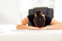 Ufficio di sonno della donna di affari Fotografia Stock