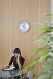 Ufficio di Using Cellphone In della donna di affari immagini stock libere da diritti