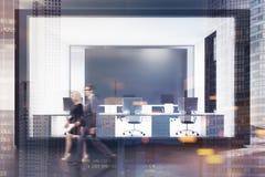 Ufficio futuristico bianco e di vetro tonificato Immagini Stock Libere da Diritti