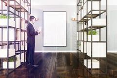 Ufficio grigio e bianco, piante, uomo alto vicino del manifesto Fotografia Stock