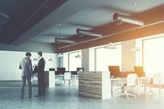Ufficio industriale di stile del soffitto grigio, uomini d'affari Fotografia Stock