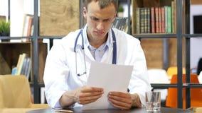 Ufficio medico - medico maschio che guarda giù la lettura documenta ritenere stock footage