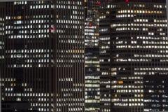 ufficio moderno di costruzione di notte fotografie stock