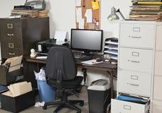 Ufficio molto sudicio fotografia stock libera da diritti