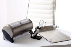 Ufficio, organizzatore dello scrittorio, forbici, sulla tavola dell'ufficio, sedia dell'ufficio Fotografie Stock
