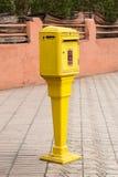 Ufficio postale marocchino della cassetta della posta gialla ufficiale tradizionale, posizione Fotografia Stock Libera da Diritti