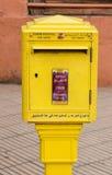 Ufficio postale marocchino della cassetta della posta gialla ufficiale tradizionale, posizione Immagini Stock