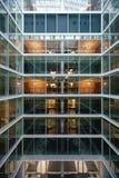 Ufficio pulito bianco con mobilia Immagini Stock Libere da Diritti