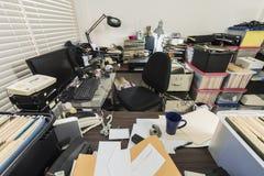 Ufficio sudicio di affari con i mucchi degli archivi fotografie stock libere da diritti