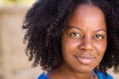 Ufna amerykanin afrykańskiego pochodzenia kobieta patrzeje kamerę zdjęcie stock