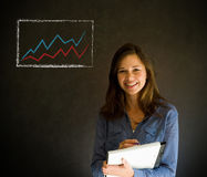 Ufna biznesowa kobieta, nauczyciel z notepad lub pióro przeciw blackboard z wykresem sporządzamy mapę Zdjęcia Royalty Free