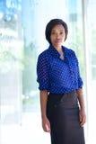 Ufna biznesowej kobiety pozycja na zewnątrz budynku biurowego Zdjęcie Stock
