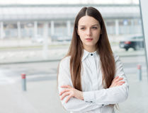 Ufna biznesowej kobiety pozycja w biurze Obrazy Stock