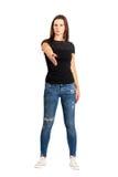 Ufna brunetki kobieta z mile widziany ręka gestem obraz stock