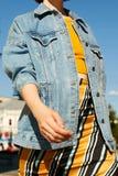 Ufna dziewczyna w lat modnych ubraniach chodzi, machający ona ręki zdjęcia stock