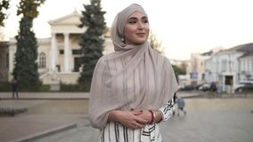 Ufna i atrakcyjna kobieta jest ubranym hijab Młodej kobiety odprowadzenie miasto ulicą z pięknym starym stylem zbiory