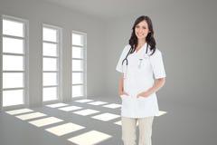Ufna i uśmiechnięta kobiety lekarki pozycja przed okno Zdjęcie Royalty Free