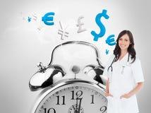 Ufna i uśmiechnięta kobiety lekarki pozycja przed okno Obrazy Royalty Free