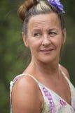 Ufna kłaść z powrotem starsza kobieta plenerowa zdjęcie royalty free