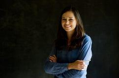 Ufna kobieta przeciw blackboard tłu Fotografia Stock