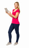 Ufna kobieta Używa Cyfrowej pastylkę Zdjęcia Stock