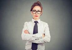 Ufna kobieta w formalnym stroju, eyeglasses i obraz royalty free