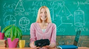Ufna kobieta wskazuje w powietrzu w rzeczywisto?ci wirtualnej s?uchawki edukacja nowo?ytna tylna szko?y Wirtualna edukacja cnota zdjęcia royalty free